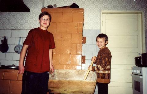 Stanislavos Mažeikienės vaikai Rita ir Tomas pliko miltus duonai kepti